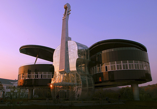 Дом-рояль со скрипкой на закате