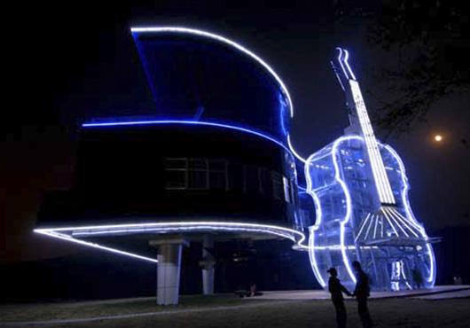 Дом-рояль со скрипкой ночью